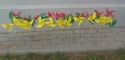 Trispalviai vėjo malūnėliai, skirti Liepos 6-osios paminėjimui